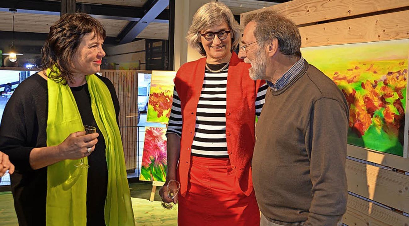 Bettina Mauel (links) im Gespräch mit Gästen der Vernissage.   | Foto: C. Sahli