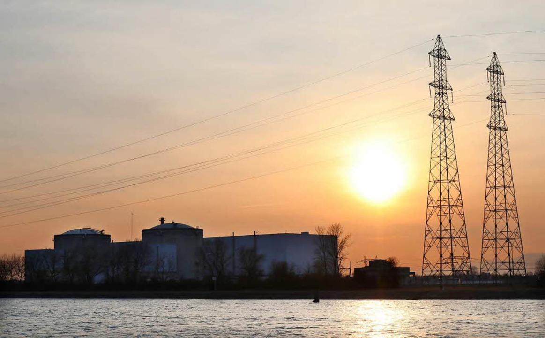Sonnenuntergang über dem Atomkraftwerk Fessenheim im Elsass.  | Foto: dpa