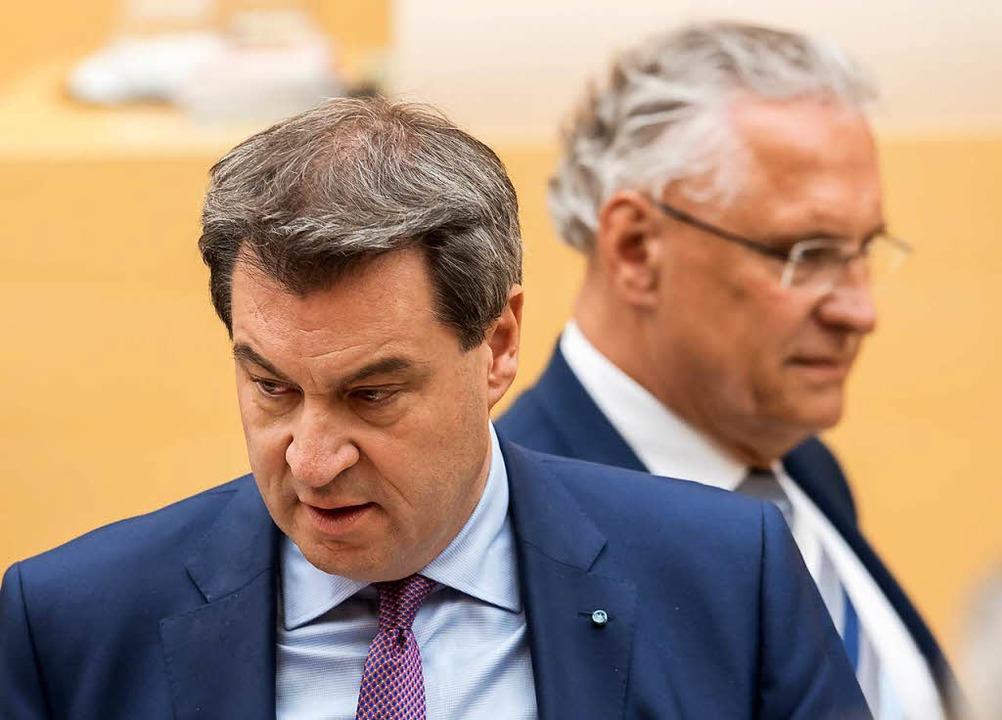 Markus Söder (CSU, l), Ministerpräside...rrmann (CSU), Innenminister von Bayern    Foto: dpa