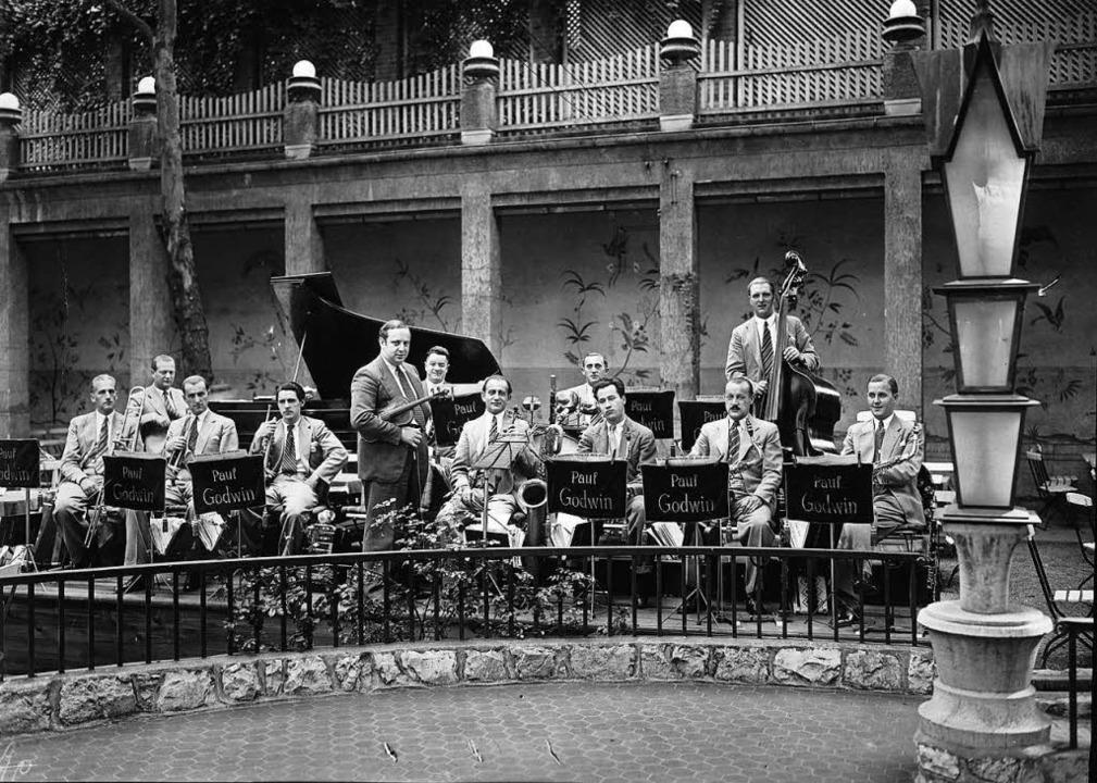 Paul Godwin (mit Geige) war der erfolg...elte er auch alle Freiburg-Lieder ein.  | Foto: Imagno