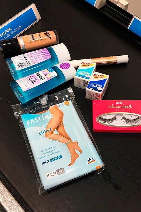 11.11 Uhr: Einkauf im Drogeriemarkt, L...e-up-Entferner und künstliche Wimpern.    Foto: Lisa Wissert