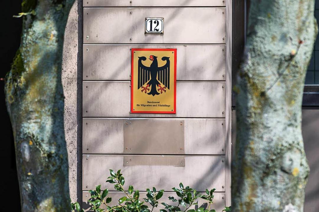 Bremen: Das Schild an der Außenstelle ...esamtes für Migration und Flüchtlinge.    Foto: dpa