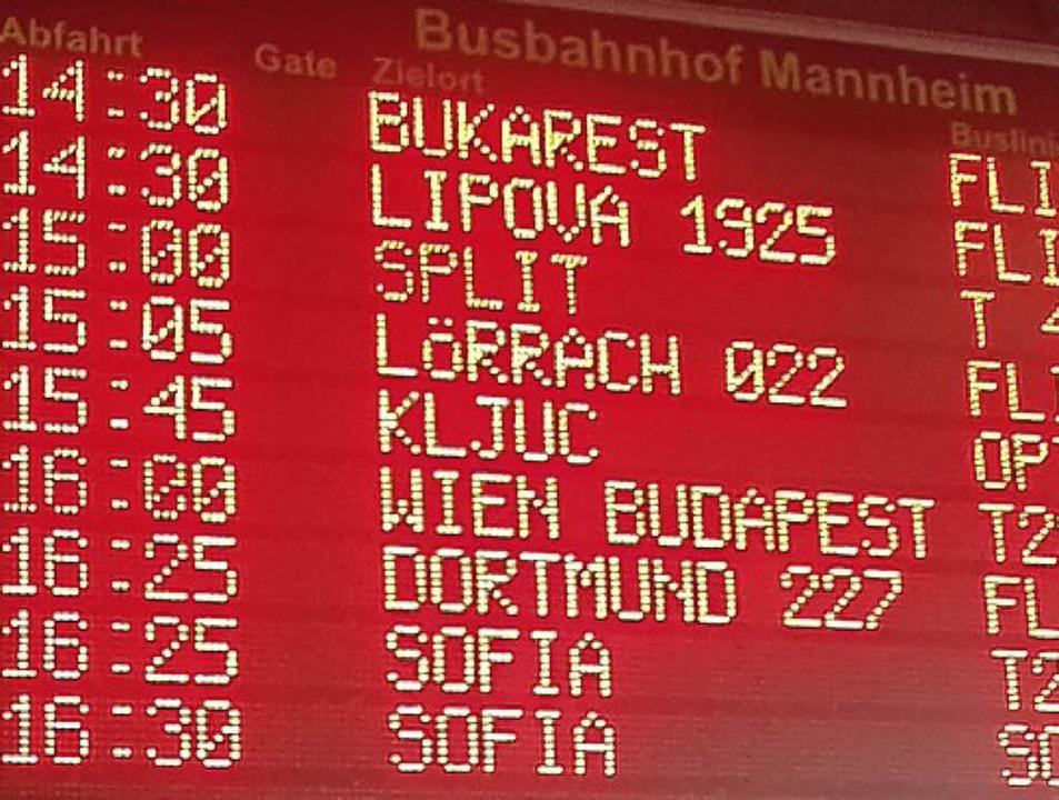 Die Abfahrtszeiten auf dem Busbahnhof ...ines der Reiseziele neben Großstädten.    Foto: Peter Gerigk