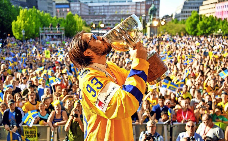 Mika Zibanejad, Spieler der schwedisch...fang vor tausenden Fans in Stockholm.     Foto: DPA