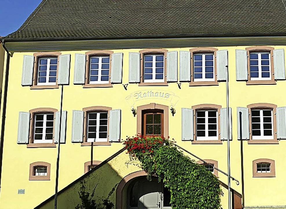 Oberhalb des Treppenaufgangs links ist...mt im Wintersweiler Rathaus zu finden.  | Foto: Victoria Langelott