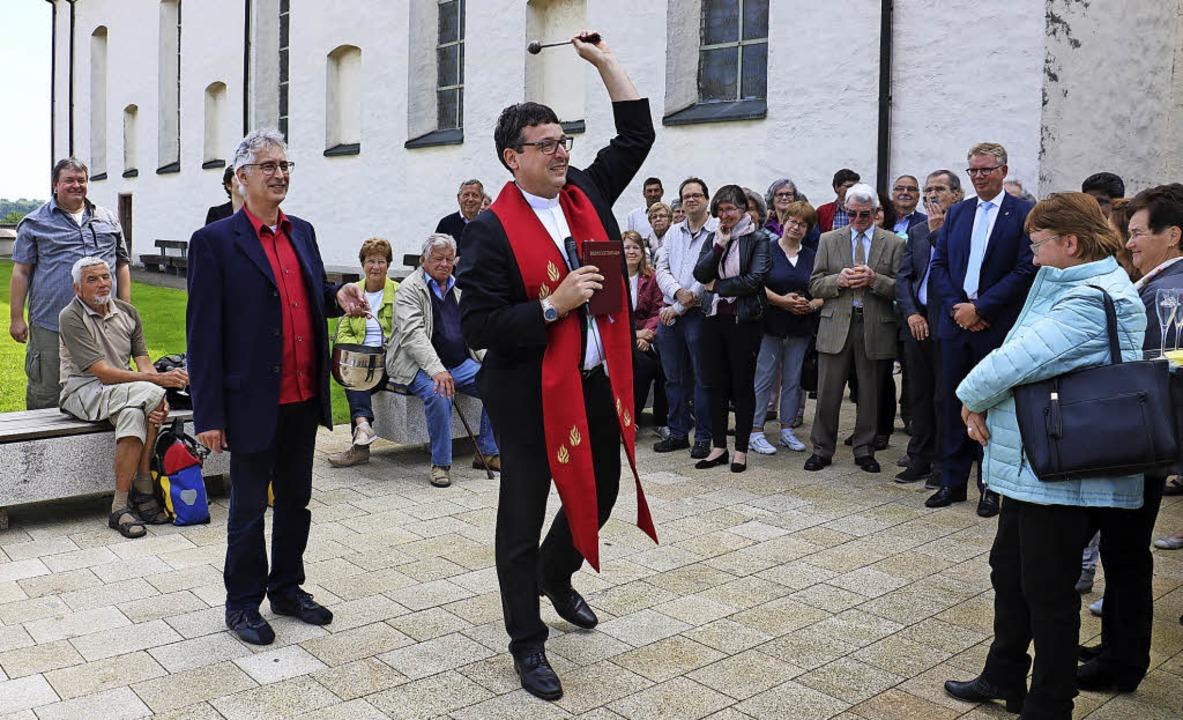 Pfarrer Karlheinz Kläger segnet nach d...sdienst den neugestalteten Kirchplatz.  | Foto: Christa Rinklin