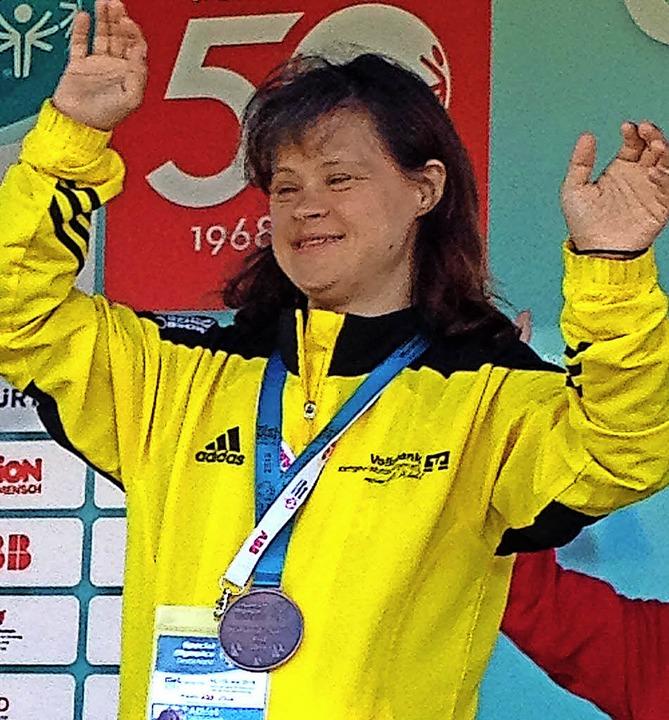 Barbara Böhler mit ihrer Bronzemedaille bei den Special Olympics in Kiel.   | Foto: privat