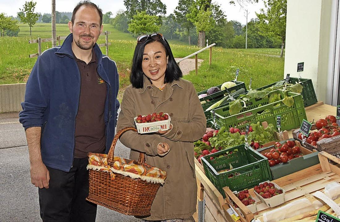 Der Bauernmarkt wird gut angenommen: T...em Verkaufsgespräch mit einer Kundin.     Foto: S. Pichler