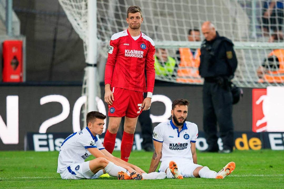 Enttäuscht: Die KSC-Spieler Marvin Wan...hleusener nach der Niederlage in Aue.   | Foto: dpa