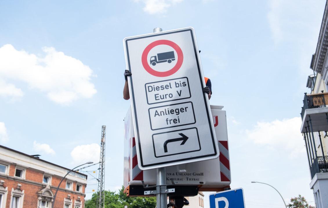 Die Diesel-Fahrverbote kommen – zumindest in Hamburg.  | Foto: dpa