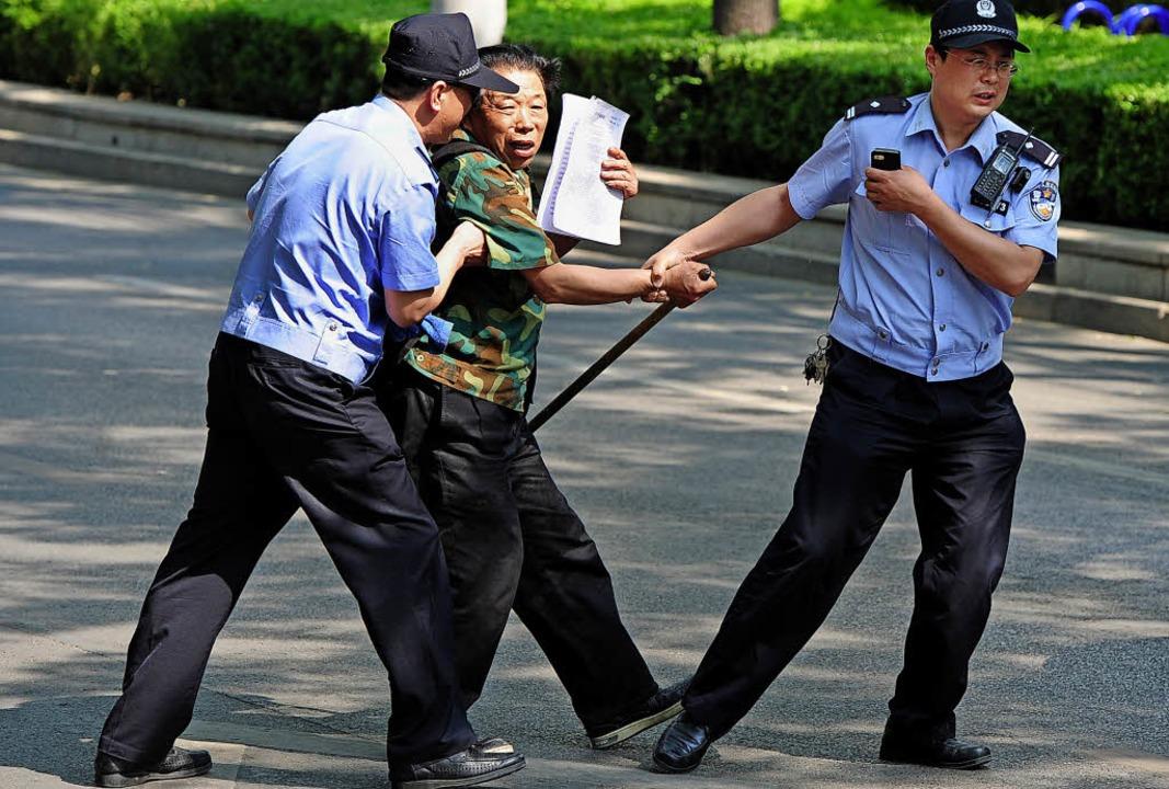 Ein  blinder Menschenrechtsaktivist  wird auf der Straße verhaftet.   | Foto: DPA/AFP