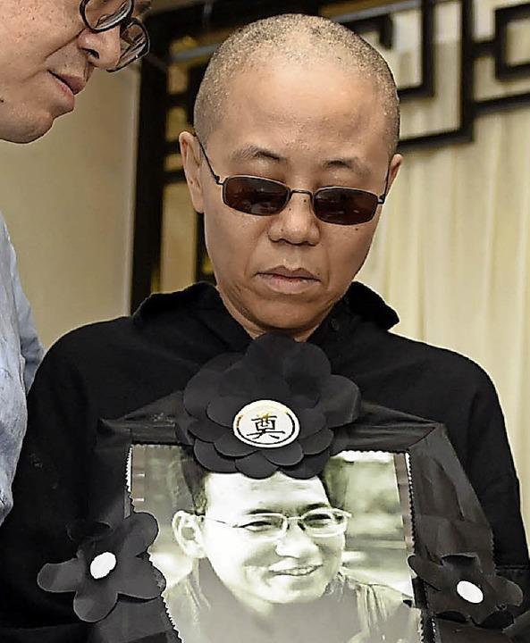 Gebrochene Frau: Liu Xia mit einem Bild ihres Mannes Liu Xiaobo  | Foto: -