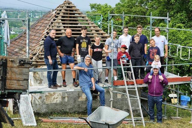 Junge Leute renovieren in Binzen das alte Rebhüsli