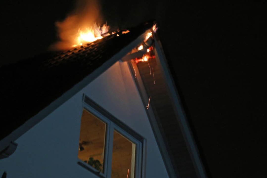 Der Blitzeinschlag setzte kurz nach 2 ...eines Hauses in Neuershausen in Brand.  | Foto: Mario Schöneberg