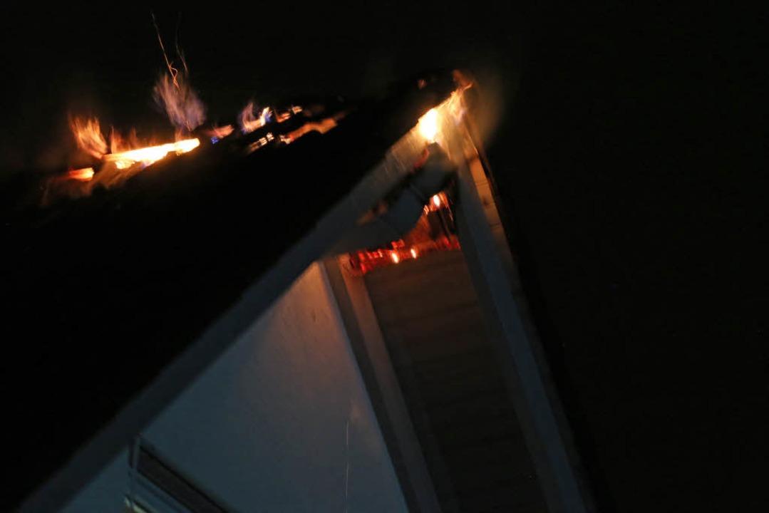 Aus dem Dachstuhl schlugen sofort Flammen heraus.  | Foto: Mario Schöneberg