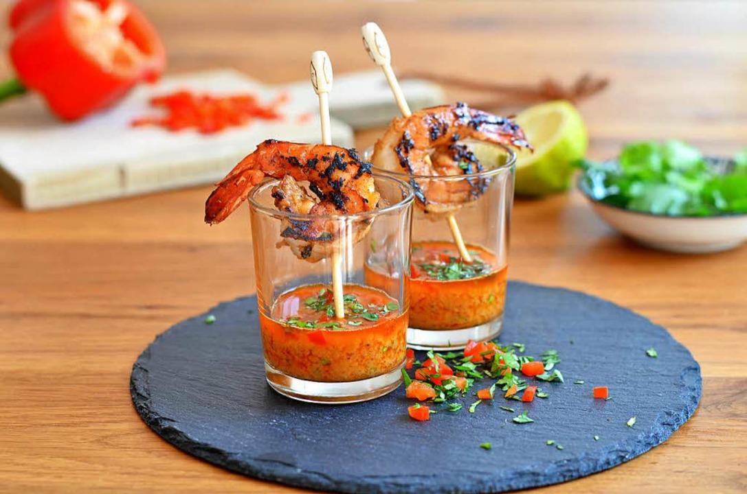 Gegrillte Gambas-Spieße mit einer scha...Soße, die mit Paprika verfeinert wird.  | Foto: dpa-tmn