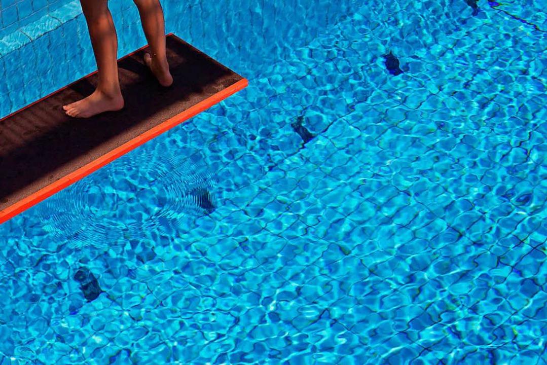 Ein Schwimmlehrer aus Baden-Baden wird...llem Missbrauch angeklagt (Symbolbild)  | Foto: dpa