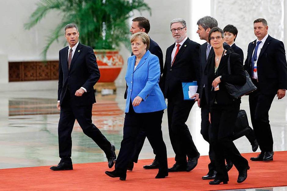 Merkel kommt in der Großen Halle des Volkes an (Foto: AFP)