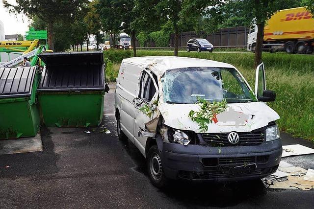 Transporter rammt in Lörrach eine Hauswand – ein Verletzter