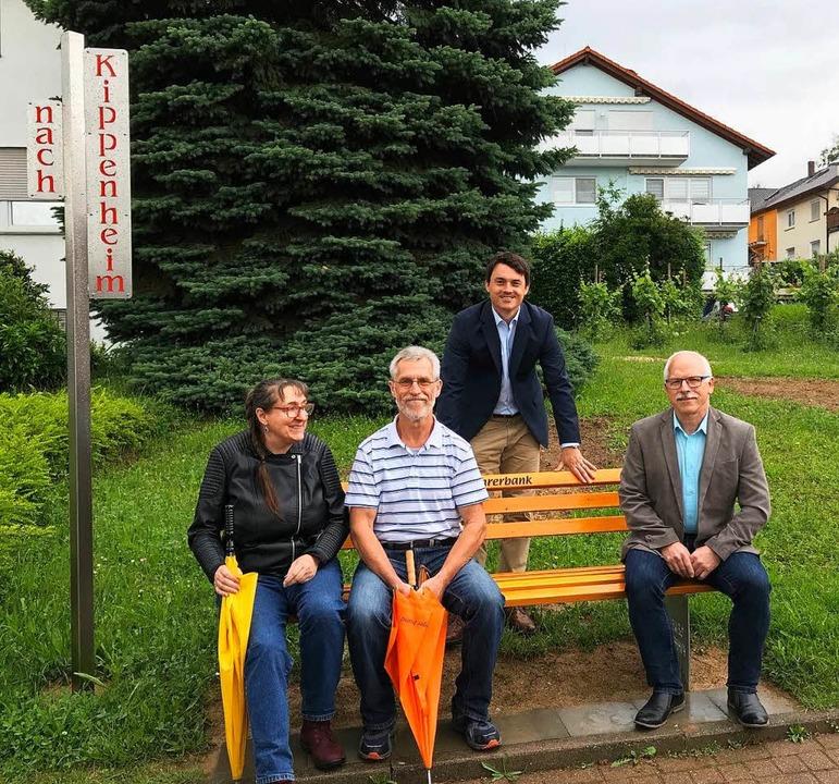 Die Gemeinderäte Gisela Rupp (links) u...artmann weihten die Mitfahrerbank ein.  | Foto: Gemeinde Kippenheim