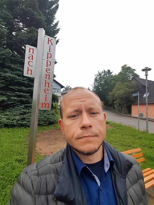 Getestet: Karl Kovacs probiert das Mitfahrerbänkle in Kippenheim aus.  | Foto: Karl Kovacs