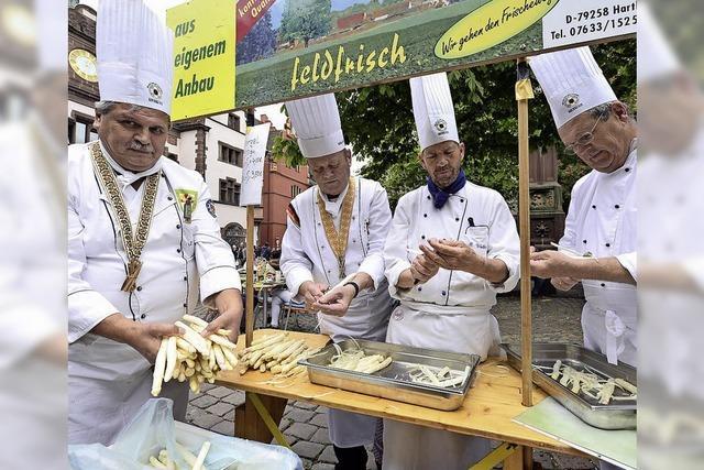 Die Laurentius-Bruderschaft kocht auf dem Rathausplatz