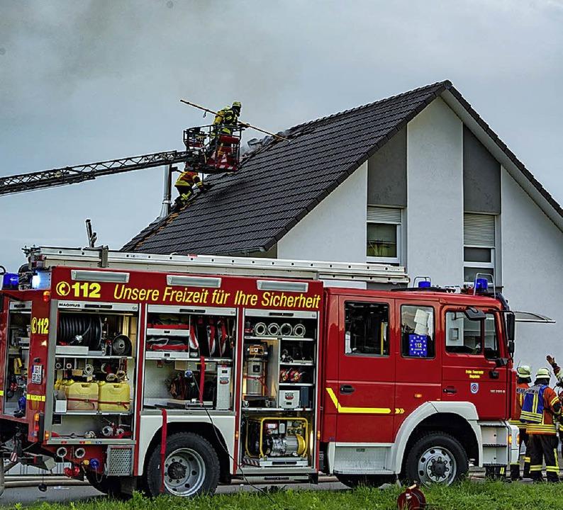Atemschutzträger waren auch beim Dachstuhlbrand in Ringsheim im Einsatz.  | Foto: Olaf Michel