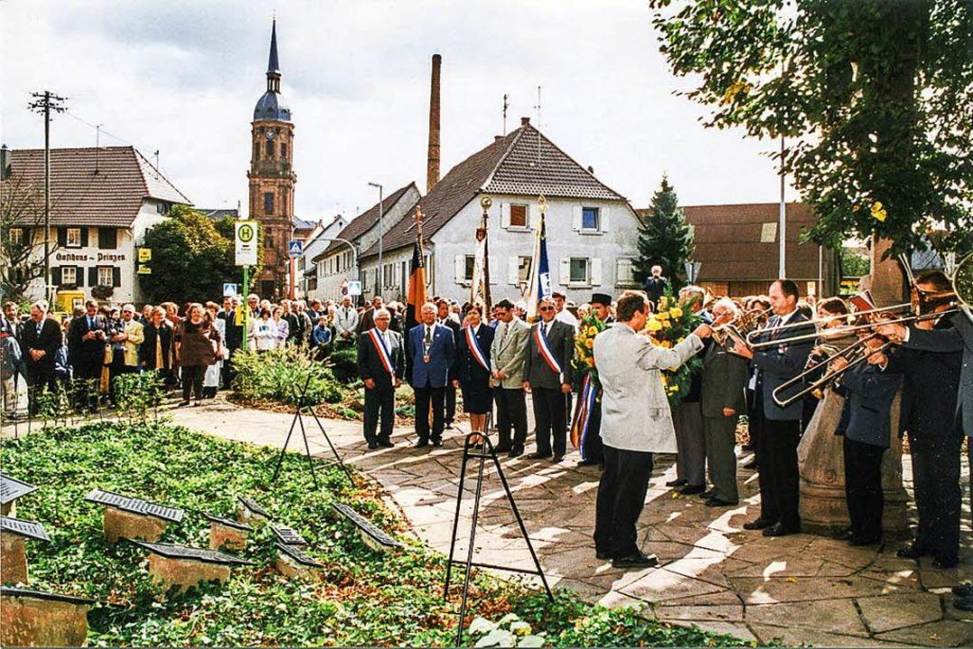 Bei der Partnerschaftsfeier am 13. Sep...der Gefallenen der Weltkriege gedacht.  | Foto: Ekkehard Klem