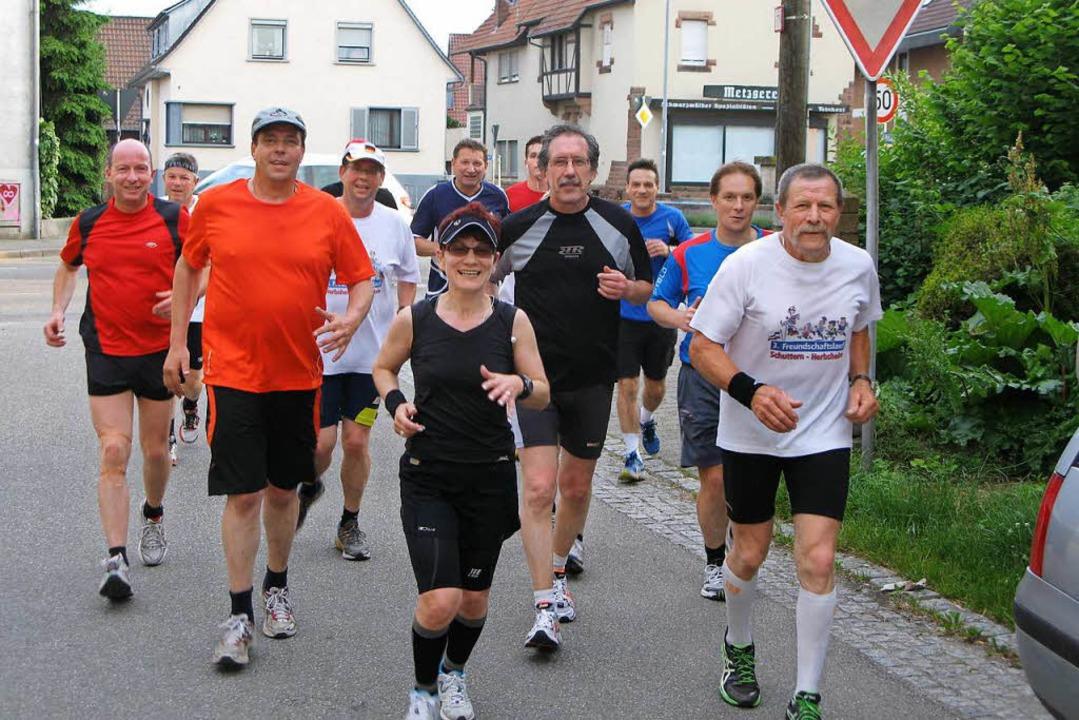 Läufer und Läuferinnen beim 3. Freunds...slauf Schuttern-Herbsheim im Jahr 2006  | Foto: Ekkehard Klem