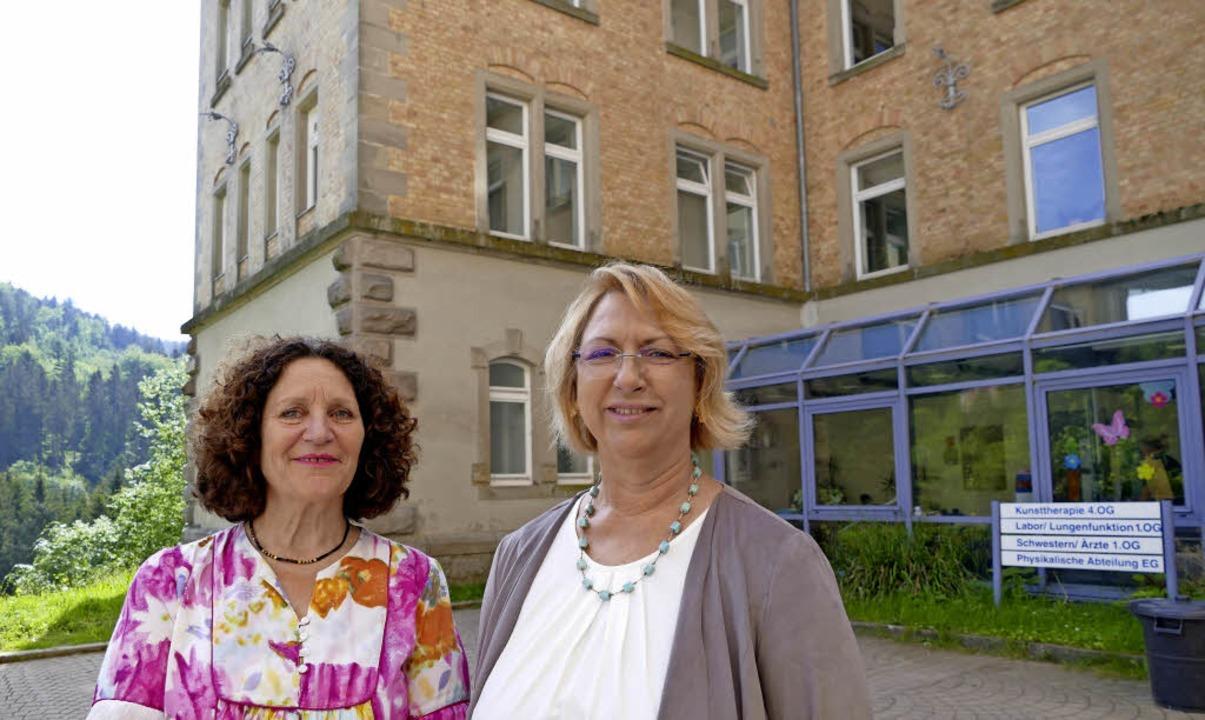Klinikleiterin Jutta Schröder (links) ...bei der Therapie besonders am Herzen.   | Foto: Victoria Langelott