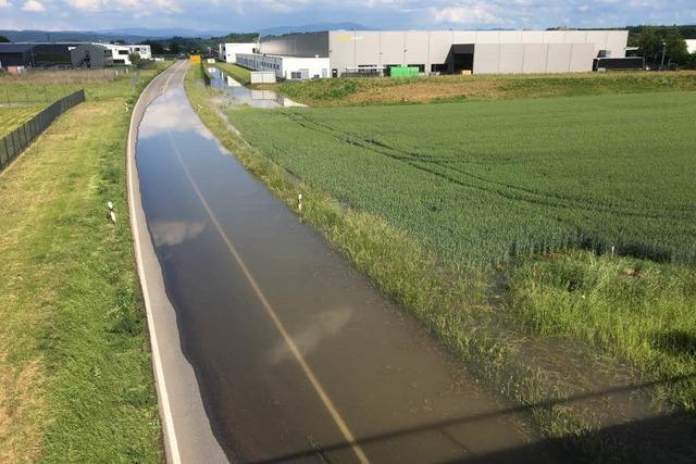 Überflutete L 113 bei Endingen bleibt gesperrt