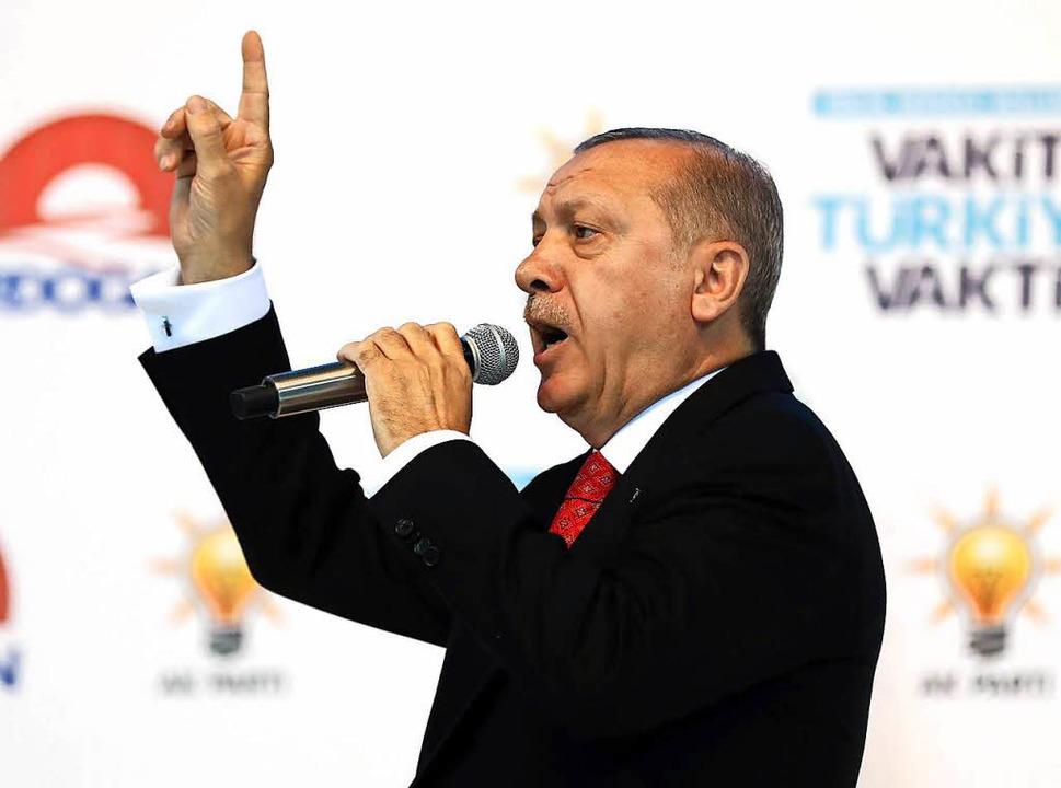 Trägt viel Schuld an der Abwertung der Lira: Staatschef Erdogan  | Foto: AFP