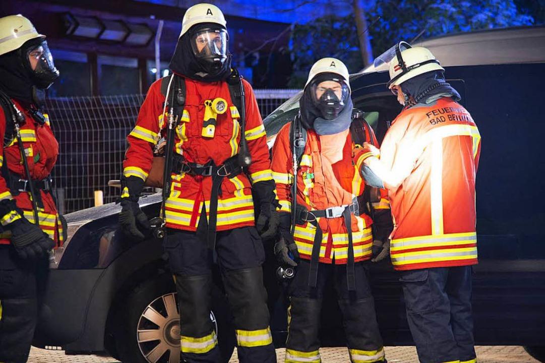 Die Feuerwehr Bad Bellingen sichert den Einsatzort  | Foto: Volker Münch