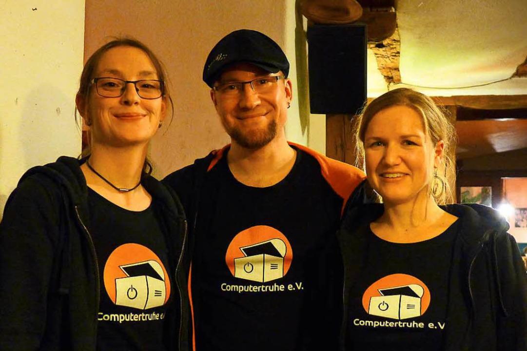 Die Vereinsvorsitzenden Julia Fiedler ...eisitzerin Annette Linder (von links).  | Foto: Ute Schöler