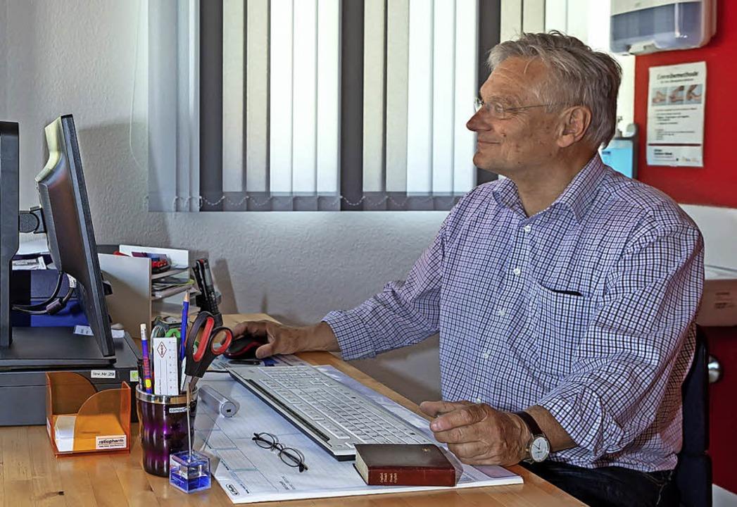 Christian Bohl sitzt  in neuer Umgebun...ehaus in Grafenhausen schon mal Probe.    Foto: Wilfried Dieckmann