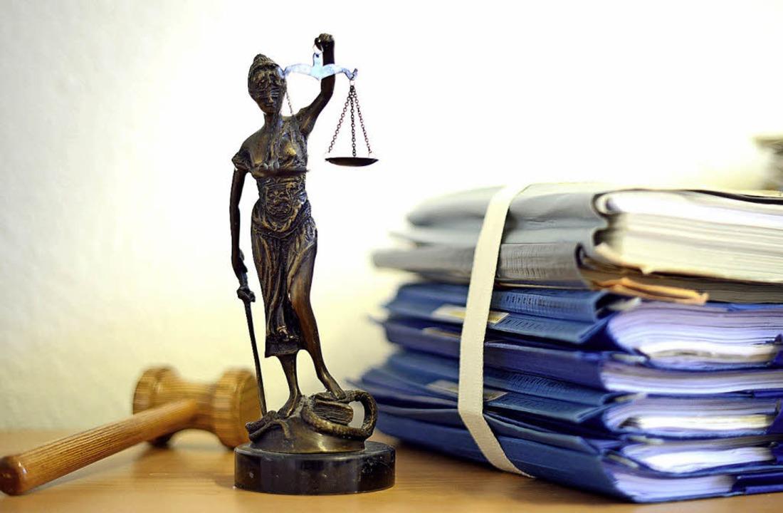 Justitia hat ihr Urteil gefällt.   | Foto: Volker Hartmann (dpa)