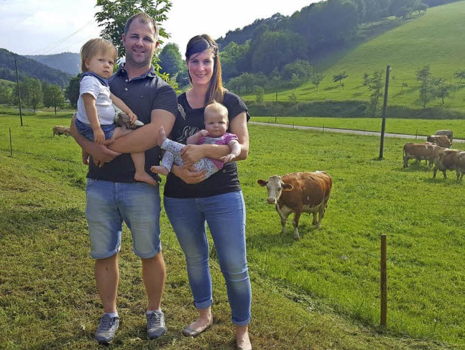 Die junge Hoffamilie: Hofbesitzer Mich...und Ehefrau Heike mit Töchterchen Lena  | Foto: (3) Beate Zehnle-Lehmann