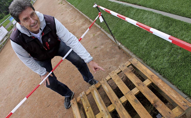 Gerhard Kappenberger zeigt eine der vi...ung der Aschenbahn verhindern sollen.     Foto: Cornelia Liebwein
