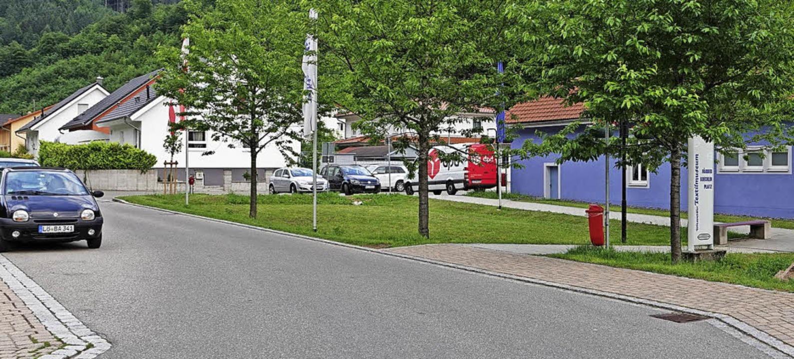 Die Straße vor dem Museum: Auf der Rec...schildern am Parken gehindert werden.     Foto: Hans-Jürgen Hege