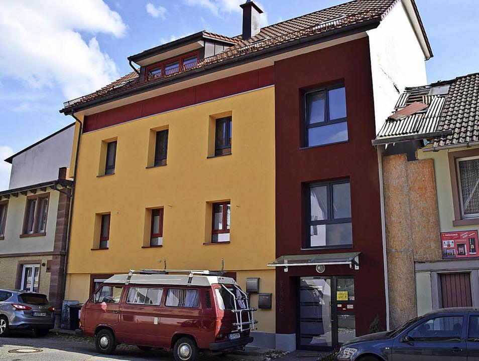 Zwei Altstadt-Sanierungsbeispiele: Auf...und die Fassade sind renoviert worden.    Foto: Stefan Ammann