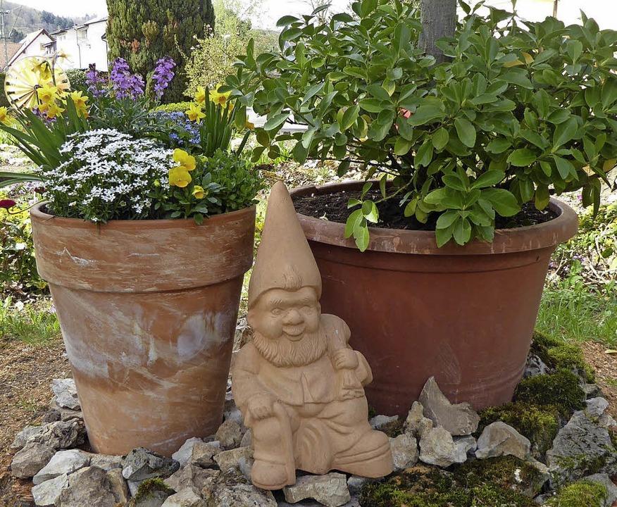 Blick in  Alice Kneusslins Garten in F...ücke Töpfe und Schalen setzen Akzente.  | Foto: Heinz Scholz