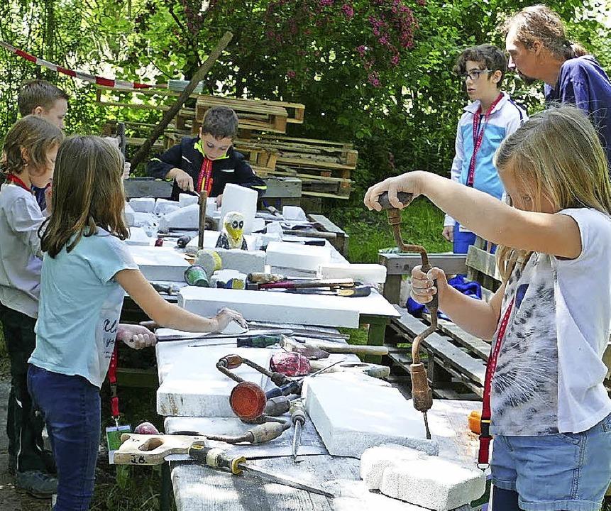 Werken im Grünen: Kinder können sich in den Ferien kreativ austoben.  | Foto: Lea Schnattinger