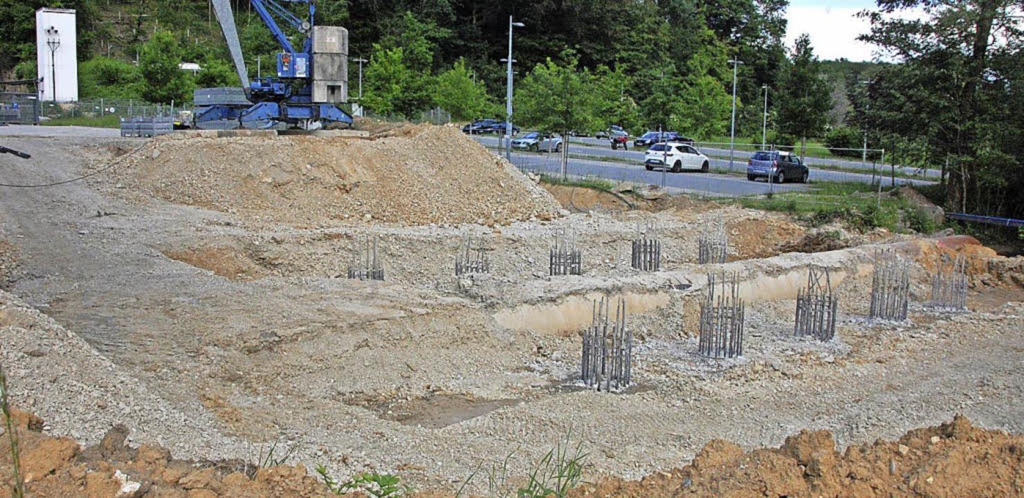 Die Brücke, die beim Ernst-Mach-Instit...st, wird von Grund auf neu aufgebaut.   | Foto: Frey