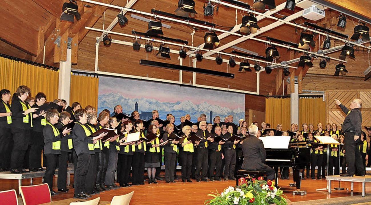 Der Thurgauer Festchor mit Dirigent Pa...nem Konzert im Kursaal im Jahre 2014.   | Foto: Stefan Pichler