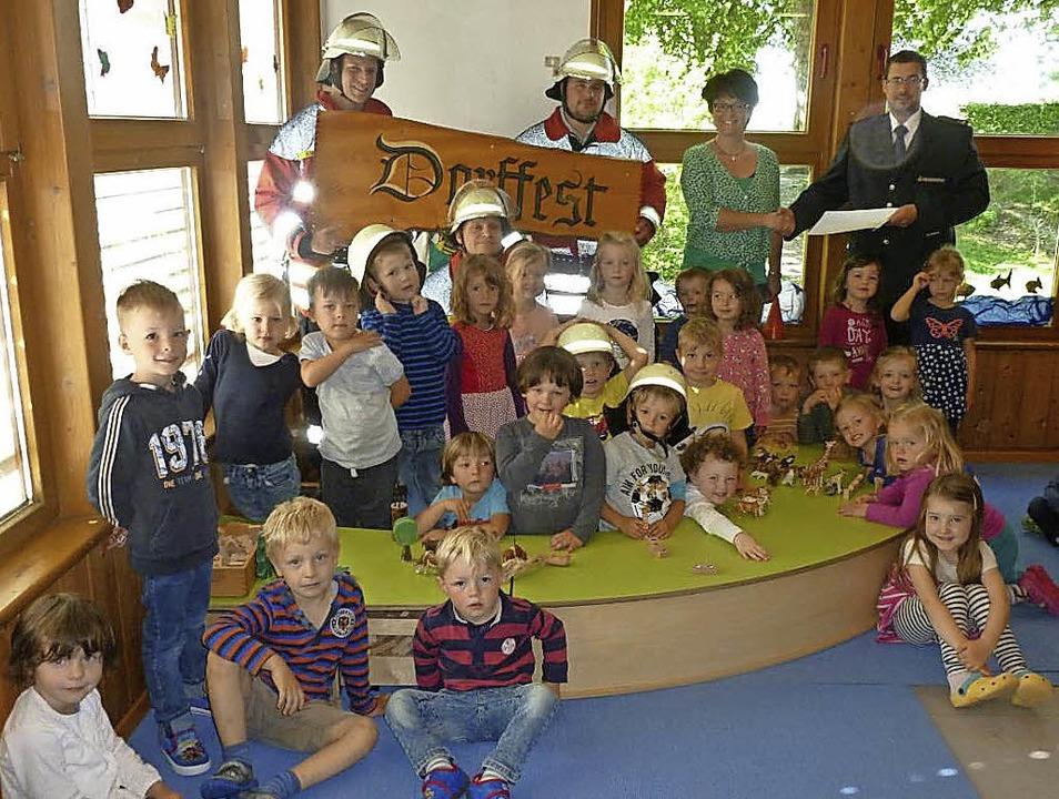 Die Kinder des Kindergartens Wirbelwin...ber die Spende der Feuerwehrabteilung.    Foto: Feuerwehr Willaringen