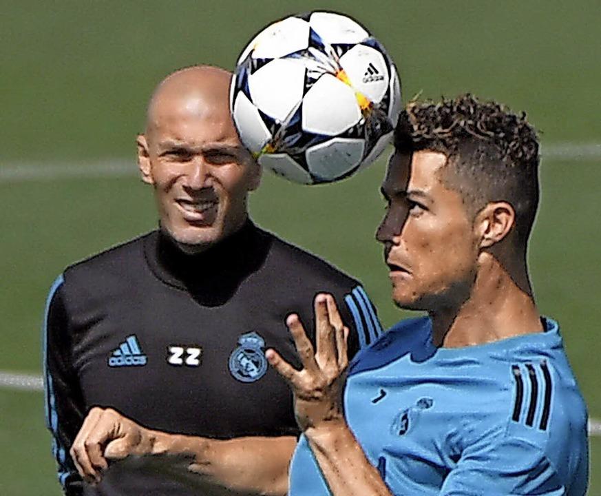 Der Trainer und sein extrovertierter S...onaldo beim Training von Real Madrid.   | Foto: afp