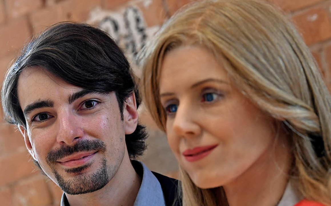 Robotikexperte Johannes Völker und die Roboterfrau Elenoide     Foto: dpa