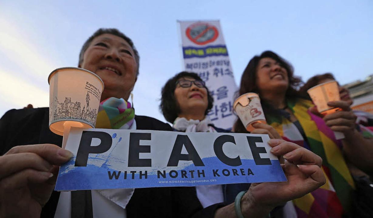 Südkoreaner protestieren vor der US-Bo...Seoul nach Trumps Absage  für Frieden.    Foto: dpa