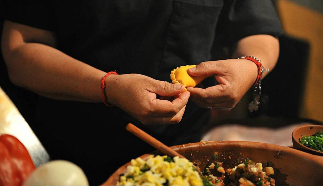 Perfekt: Empanadas, geformt von Adrianas flinken Händen.  | Foto: Andrea Schiffner