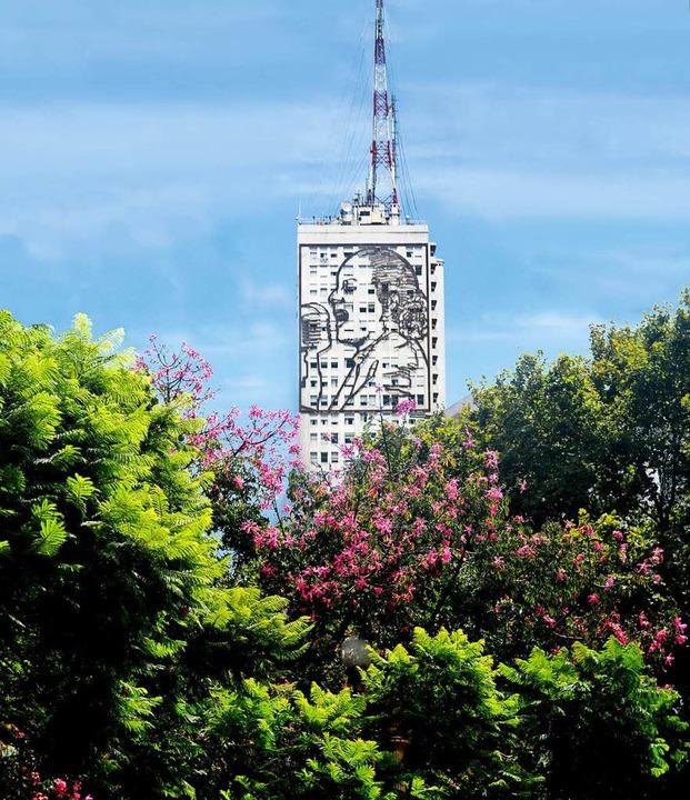 Kult: Evita überlebensgroß an einer Hochhausfassade  | Foto: ANDREA SCHIFFNER